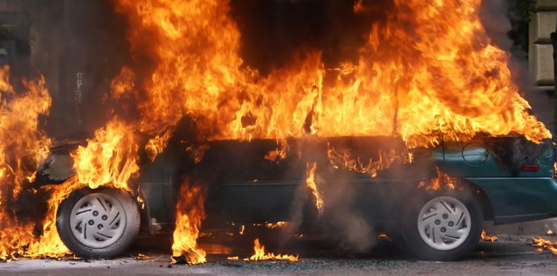 O krok od tragedii. Płonęło auto, a w środku był 5-letni chłopiec  - Zdjęcie główne