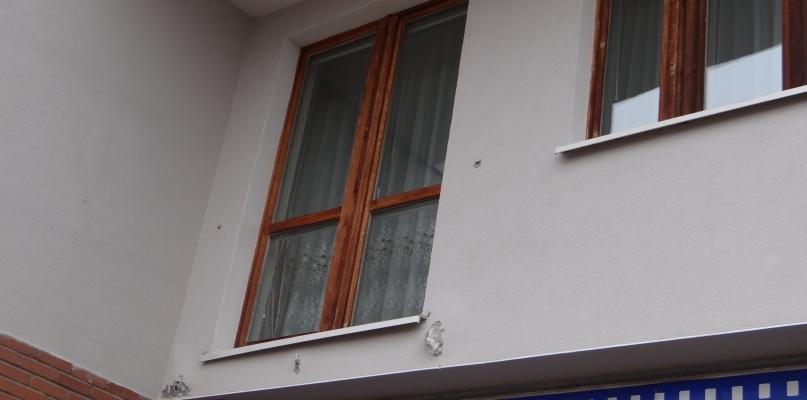 Dwie osoby wypadły z wieżowca. Urwała się balustrada [FOTO] - Zdjęcie główne