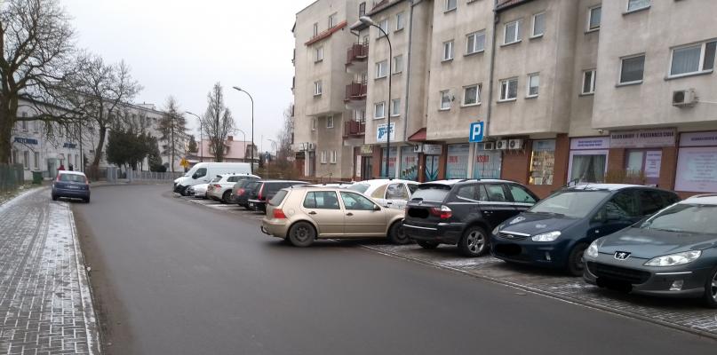 Na parkingu zabrakło miejsca? Zatrzymał się na jezdni - Zdjęcie główne