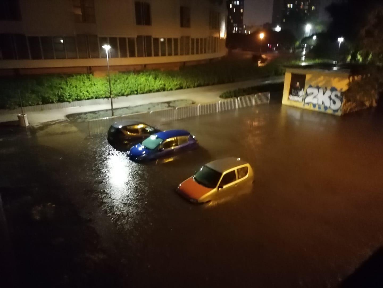 Oberwanie chmury nad Płockiem. Ulice nieprzejezdne, parkingi zalane  - Zdjęcie główne