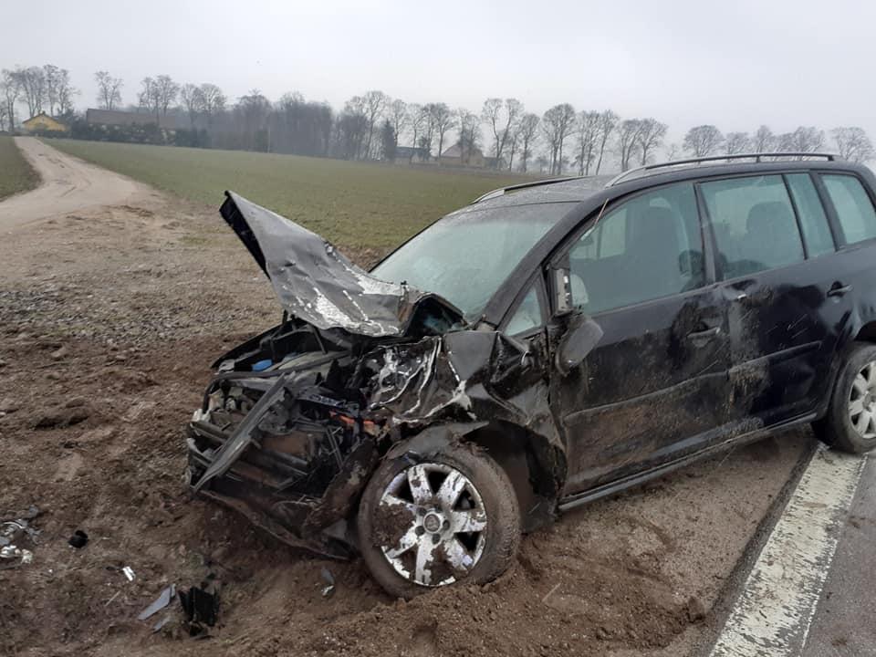 Wypadek w powiecie płockim. Samochód wypadł z drogi i uderzył w drzewo [ZDJĘCIA] - Zdjęcie główne