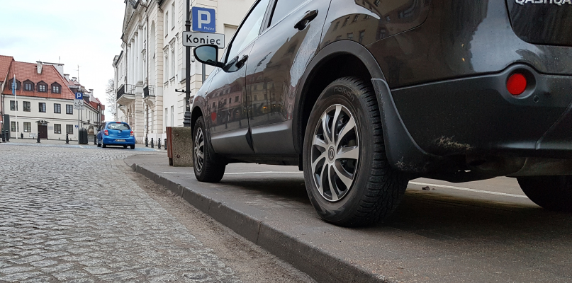 Kierowcy się skarżą. Krawężniki w strefie parkowania za wysokie? - Zdjęcie główne