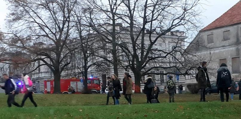 Alarm bombowy na uczelni. Zarządzono ewakuację [AKTUALIZACJA] - Zdjęcie główne