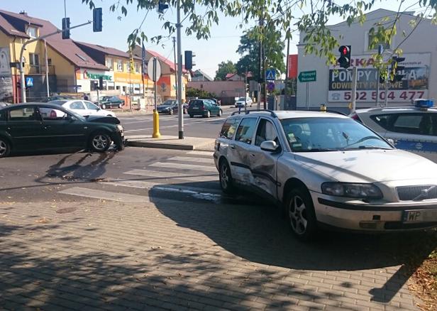 Zderzenie aut. Dwie osoby ranne [FOTO] - Zdjęcie główne