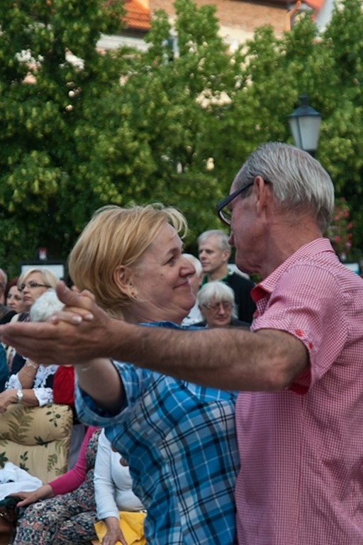 Zabawa taneczna na starówce - Zdjęcie główne