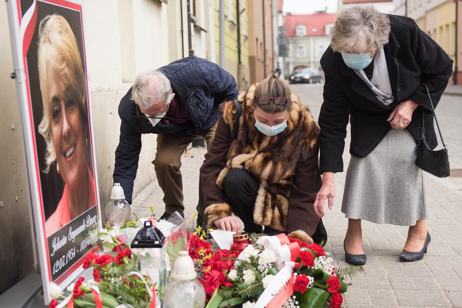 Kwiaty przy tablicy poświęconej pamięci posłanki - Zdjęcie główne