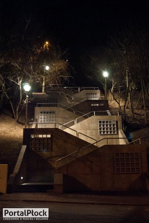 Nowe schody na Mostową z podświetleniem - Zdjęcie główne