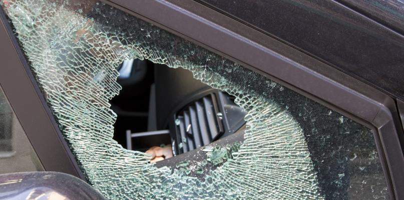 Auto uderzyło w ogrodzenie. Jedna osoba w szpitalu  - Zdjęcie główne