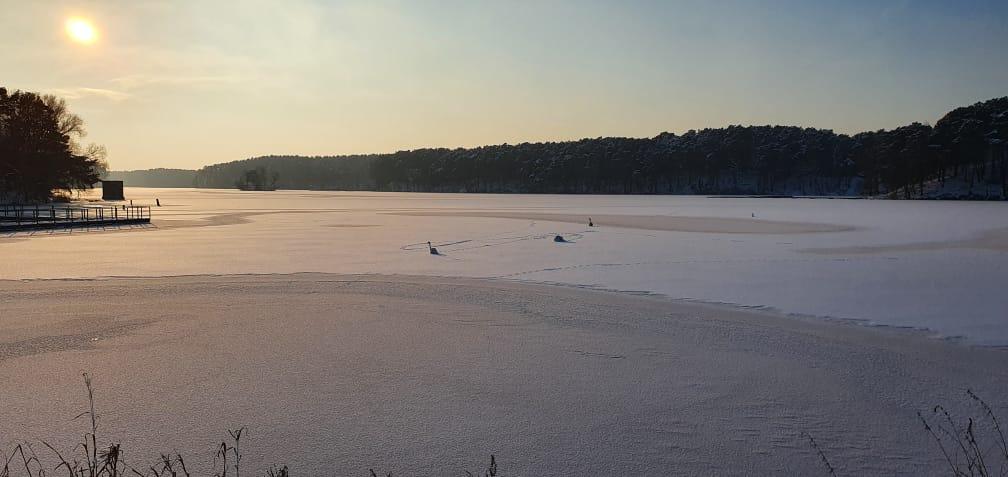Lód może być śmiertelną pułapką. WOPR alarmuje: nie wchodź na niego nieprzygotowany - Zdjęcie główne