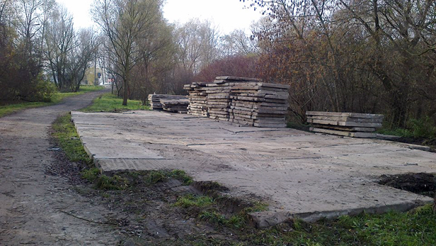 Ktoś ustawia stare betonowe płyty. Po co? - Zdjęcie główne
