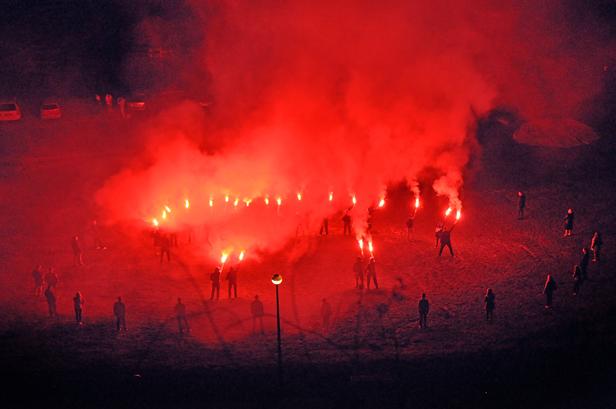 Na płockiej plaży zapłonęły race [FOTO] - Zdjęcie główne