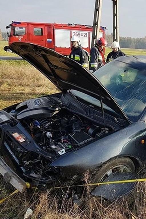 Auto na boku. Akcja strażaków - Zdjęcie główne