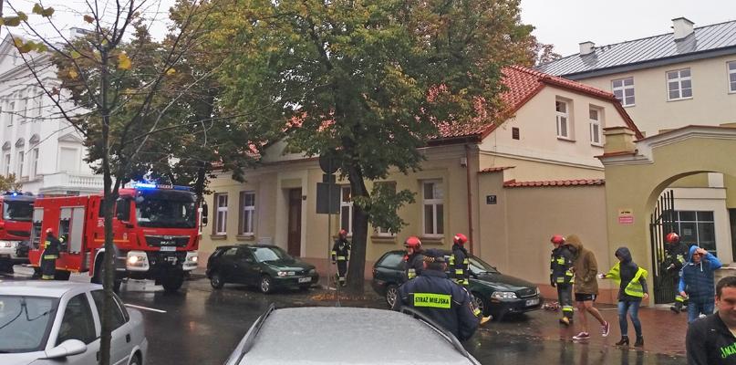 Wozy strażackie stoją pod instytucjami w centrum - Zdjęcie główne