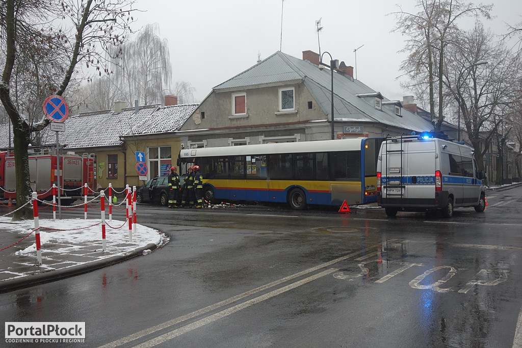 Zderzenie autobusu z samochodem - Zdjęcie główne