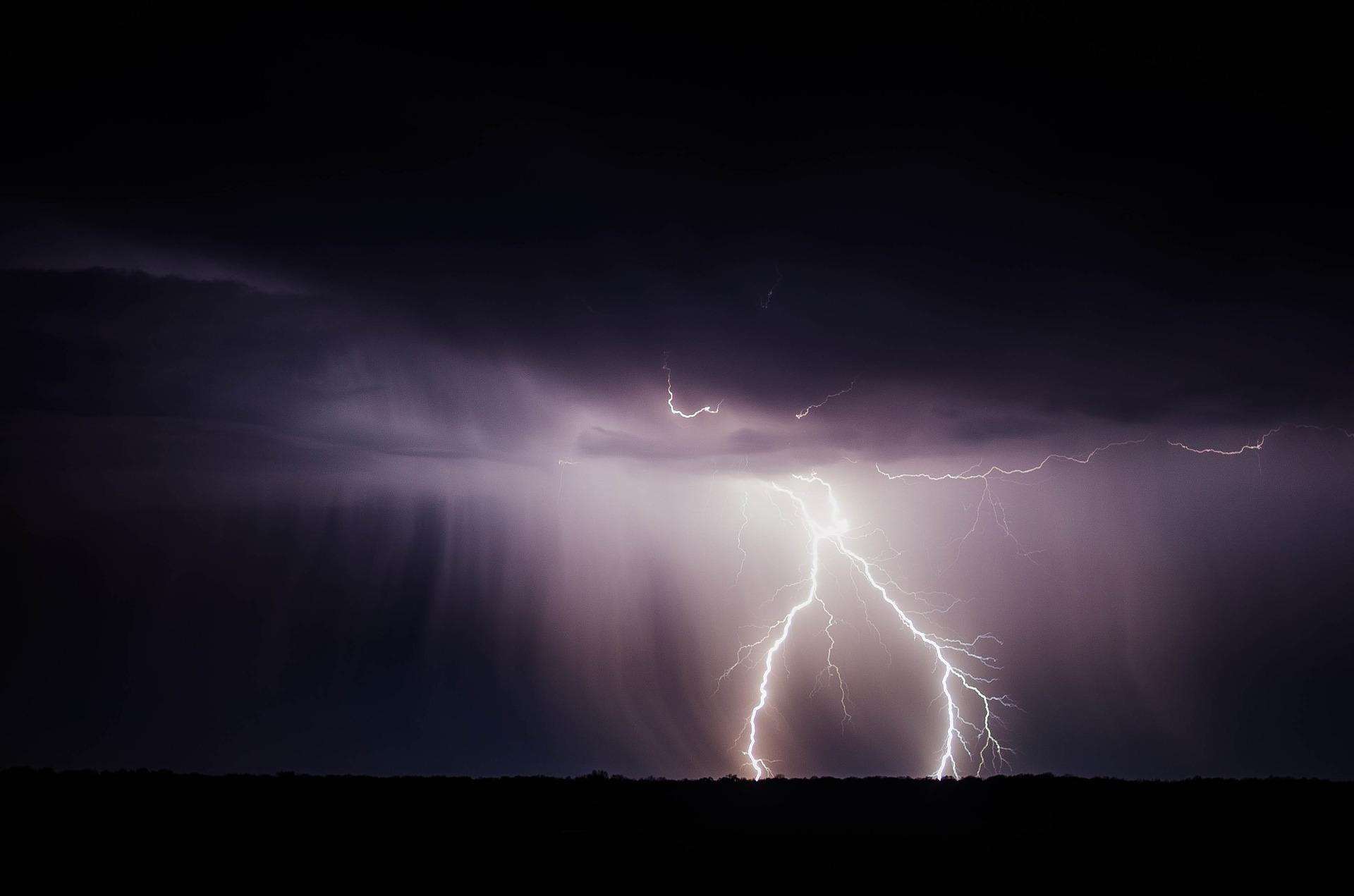 Burza w mieście i okolicach. Kiedy może dotrzeć do Płocka?  - Zdjęcie główne