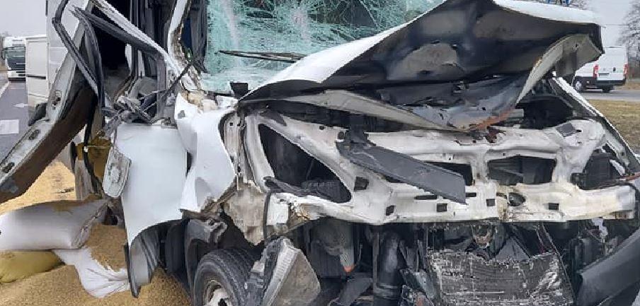 Wypadek pod Płockiem. Samochód dostawczy zderzył się z tirem - Zdjęcie główne