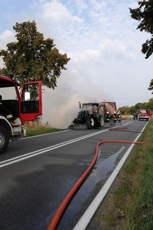 Ciągnik rolniczy w płomieniach - Zdjęcie główne
