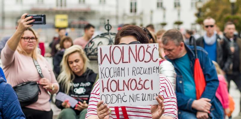 """Kilkadziesiat osób na """"Marszu dla wolności"""". - To fałszywa pandemia! [WIDEO] - Zdjęcie główne"""