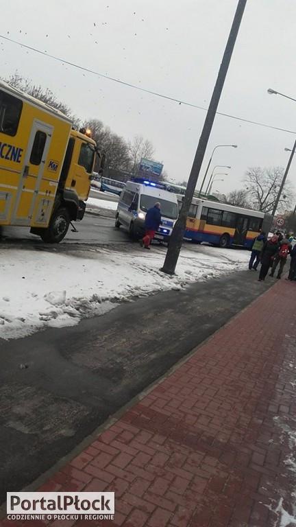 Autobus uderzył w latarnię - Zdjęcie główne
