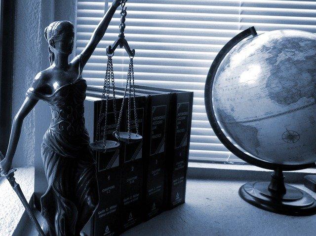 Dobry adwokat od spraw karnych. Co warto wiedzieć? - Zdjęcie główne