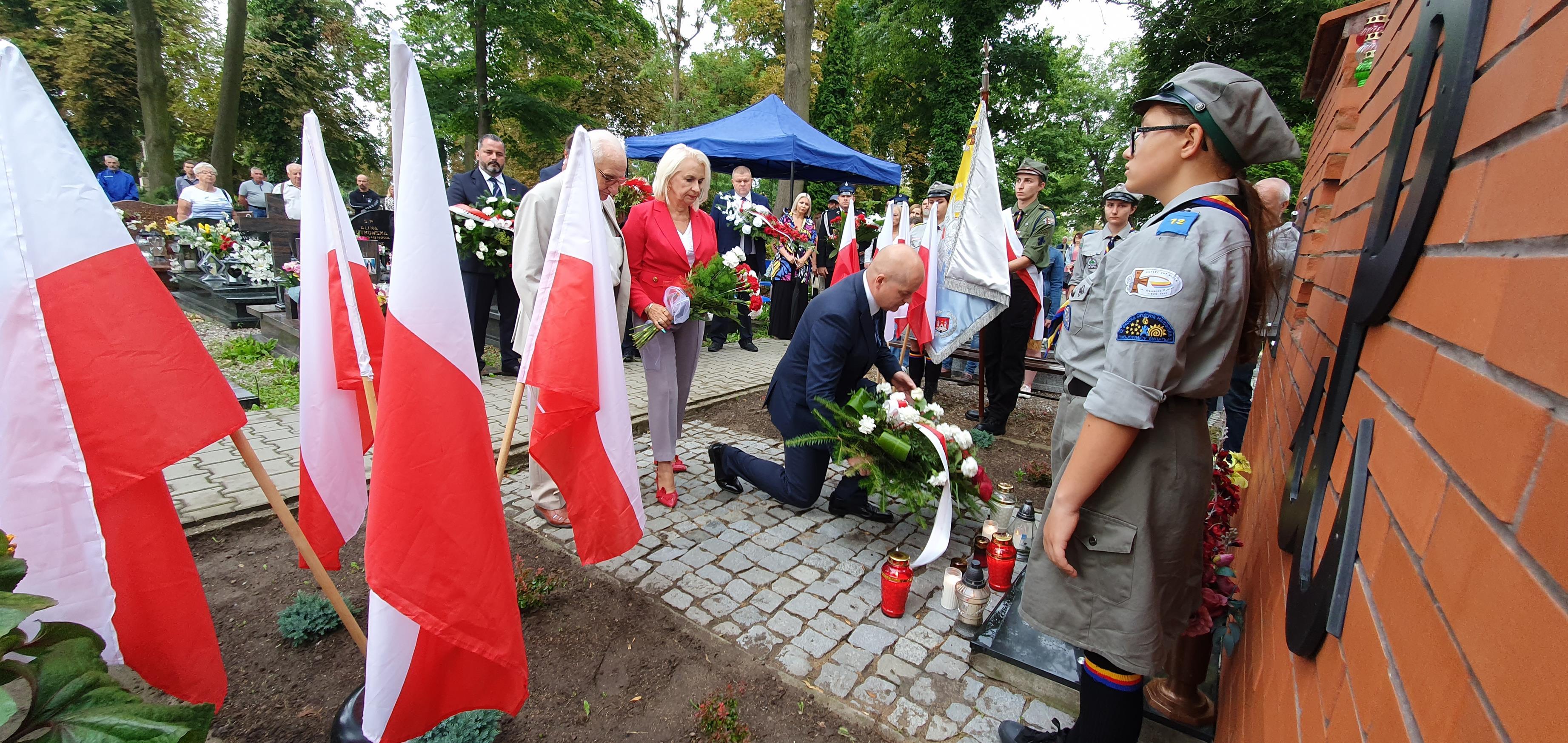 Prezydent i płoccy parlamentarzyści złożyli kwiaty pod pomnikiem żołnierzy AK [ZDJĘCIA] - Zdjęcie główne