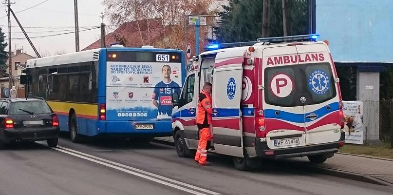 Autobus gwałtownie zahamował. Pasażerka trafiła do szpitala - Zdjęcie główne