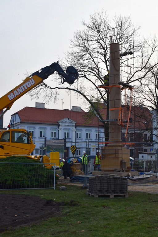 Trwa montaż kolumny na pl. Narutowicza - Zdjęcie główne