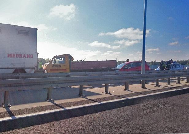 Zderzenie trzech aut na moście [FOTO] - Zdjęcie główne