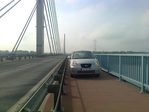 Jechała po ścieżce na moście [FOTO] - Zdjęcie główne