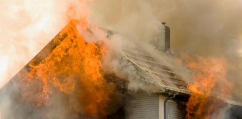Trudna nocna akcja strażaków. Spłonął dom - Zdjęcie główne