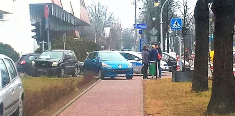 Kolizja dwóch aut w centrum - Zdjęcie główne