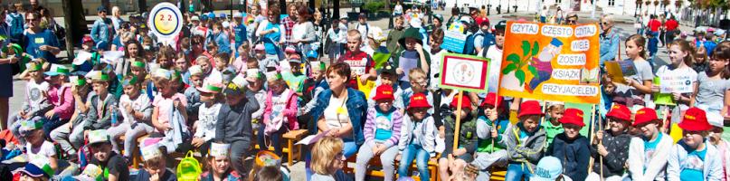Tłum dzieci na wielkim czytaniu na starówce [FOTO] - Zdjęcie główne