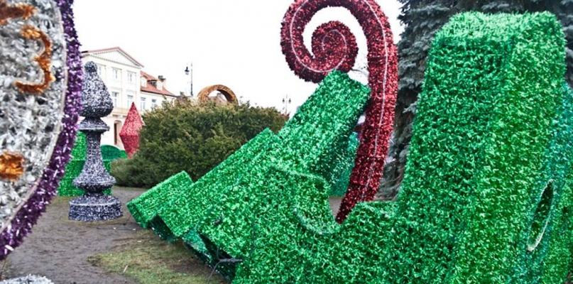 Przewrócone są dekoracje z Ogrodów Światła Orlenu - Zdjęcie główne