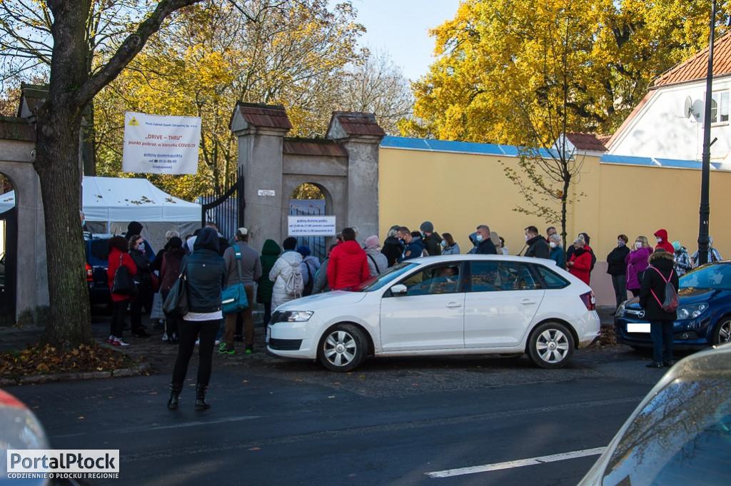 Kolejki pod punktem drive-thru w Płocku - Zdjęcie główne