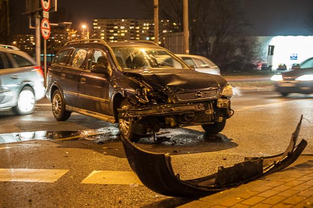 Zderzenie dwóch aut przy dworcu [FOTO] - Zdjęcie główne