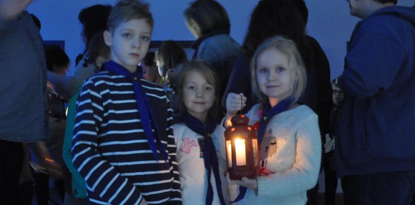 Płoccy harcerze przekazali sobie Betlejemskie Światło Pokoju [FOTO] - Zdjęcie główne
