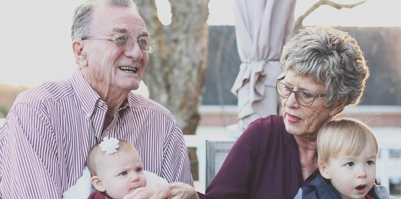 Kochani dziadkowie! To jest Wasze święto. Żyjcie nam sto lat - Zdjęcie główne