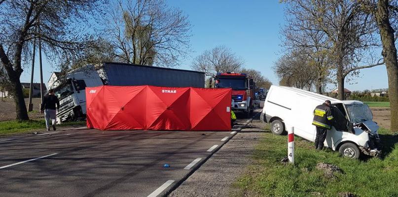 Zderzenie samochodu ciężarowego z busem! Zablokowana droga - Zdjęcie główne