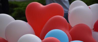 Płocczanie pożegnali zmarłego Szymona. Balony poszybowały do nieba [FOTO] - Zdjęcie główne