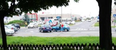 Zderzenie dwóch aut na skrzyżowaniu  - Zdjęcie główne