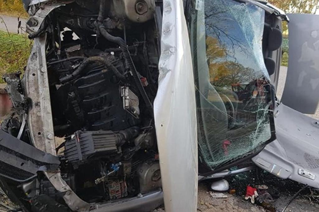Wywrócone auto. Kierująca zakleszczona w środku - Zdjęcie główne