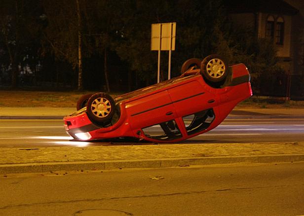 Auto dachowało, kierowca zniknął [FOTO] - Zdjęcie główne