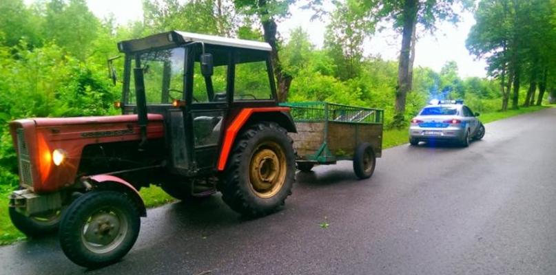 Pijany traktorzysta szarżował na drodze. Nie miał prawa jazdy - Zdjęcie główne