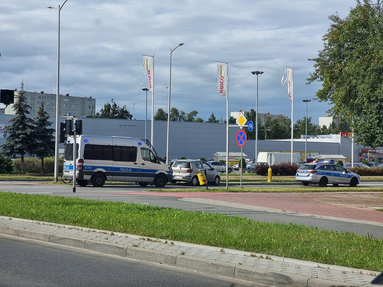 Zdarzenie w centrum Płocka. Rowerzysta wjechał w samochód - Zdjęcie główne