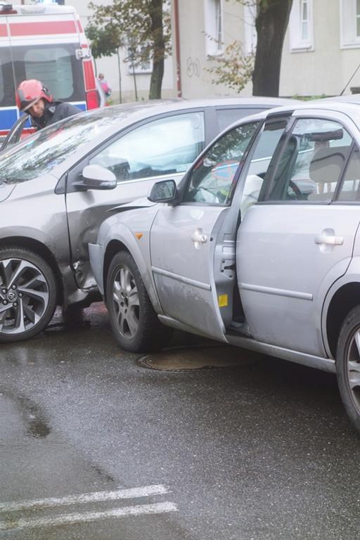 Zderzenie samochodów w centrum miasta - Zdjęcie główne