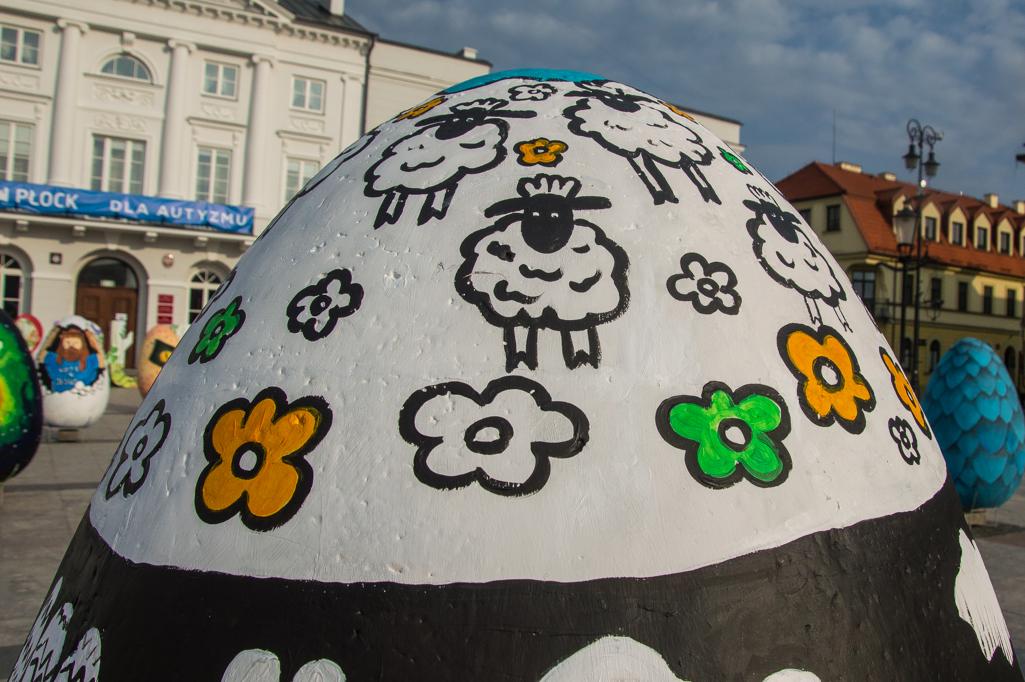 Płock gotowy na Wielkanoc. Kolorowe pisanki na starówce [ZDJĘCIA] - Zdjęcie główne