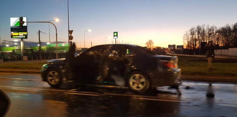 Powiało grozą. Auto w płomieniach na rondzie w Płocku  - Zdjęcie główne