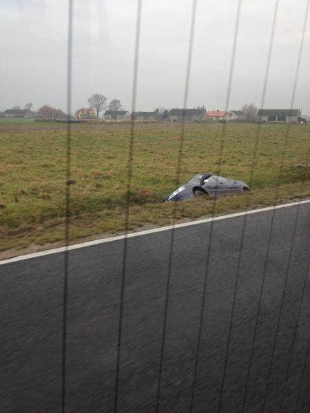 Opel wypadł z drogi i wpadł do rowu - Zdjęcie główne