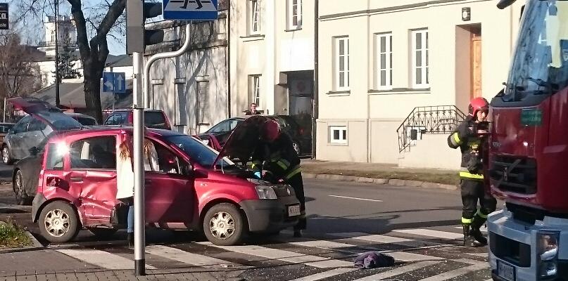 Zderzenie dwóch samochodów w centrum. Są utrudnienia - Zdjęcie główne