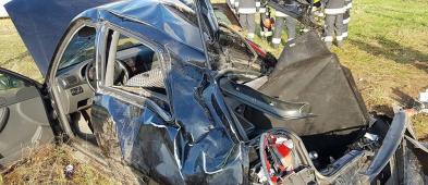 Auto leżało na boku. W środku był uwięziony mężczyzna [FOTO] - Zdjęcie główne